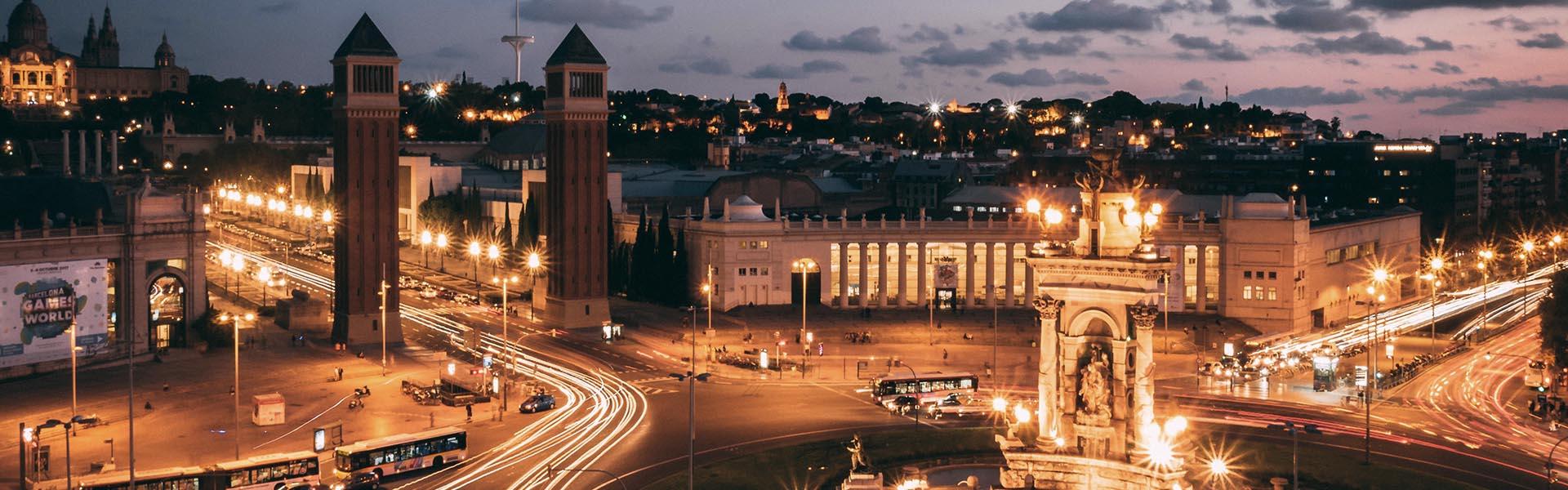 Vista nocturna de la Plaça Espanya a Barcelona